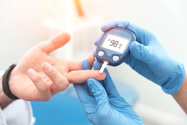 Badanie poziomu cukru we krwi – na czym polega i kiedy warto je wykonać?